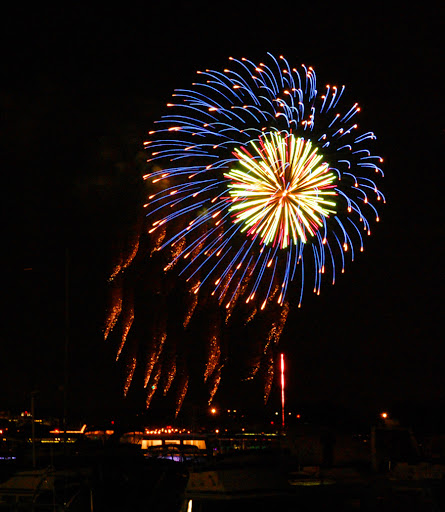 http://lh5.ggpht.com/_5IjEZdg2eQI/RrY2uoPYkeI/AAAAAAAAAJ0/-gEV8noQmcY/fireworks.jpg