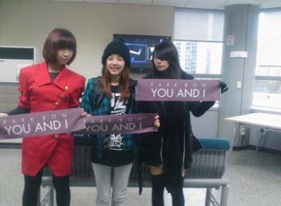 "Sandara Park สมาชิก 2NE1 กล่าวว่า ""หลังจากที่ขึ้นแสดงเสร็จ Park Bom รู้สึกเสียใจแต่ไม่เป็นไรน่ะ..."""