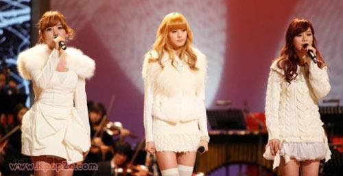 "Orange Caramel ขึ้นร้องในเพลง 'Because of You' ในรายการ ""ICON"""