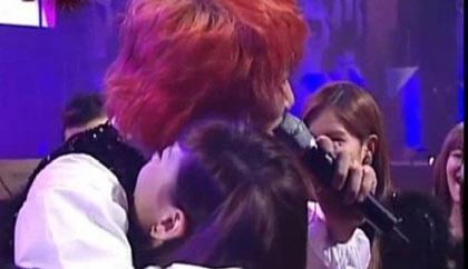 Taeyeon (SNSD) ถูก Kim Jang Hoon โอบกอดในงาน 'Seoul Music Awards'