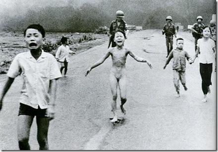 Kim Phuc, menina de 9 anos, nua, sob o bombardeio de Napalm, 1972 , Vietnã