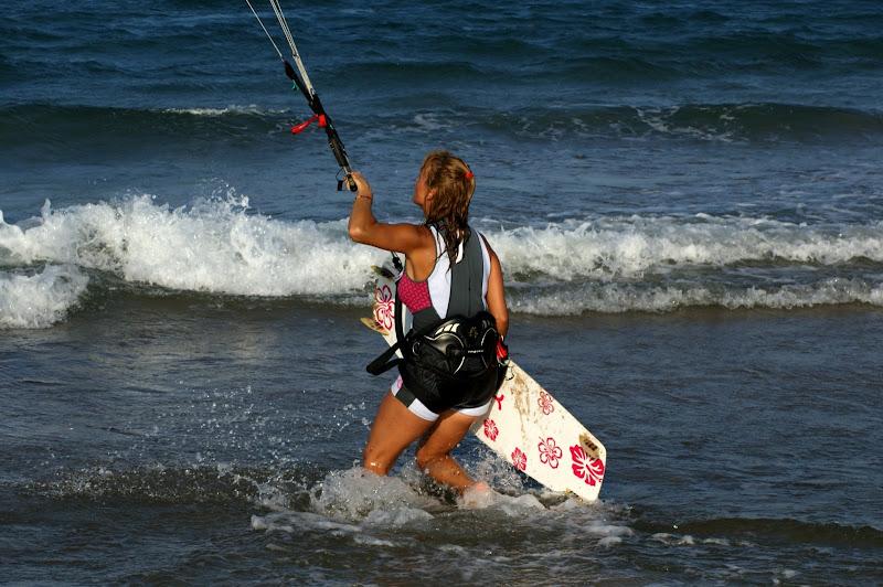 A menina da prancha às florzinhas cor de rosa, kitsurfing Oliva
