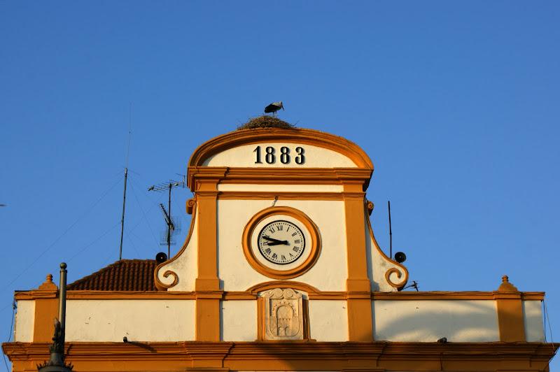 Fim de tarde em Mérida, a cegonha e o relógio