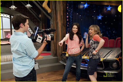 iCARLY  301 iGot  a Hot Room Miranda Cosgrove (Carly Shay),  Jennette McCurdy (Sam Puckett)  and Nathan Kress  (Freddie Benson)  in  iCarly on Nickelodeon. Photo Credit: Lisa Rose/Nickelodeon. ©2010 Viacom  International,Inc. All Rights Reserved