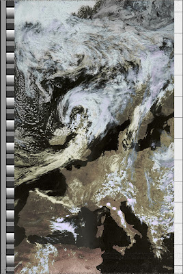 NOAA 19 northbound 59W at 04 Jul 2010 12:22:24 GMT on 137.10MHz, HVC enhancement, Normal projection, Channel A: 2 (near infrared), Channel B: 4 (thermal infrared)