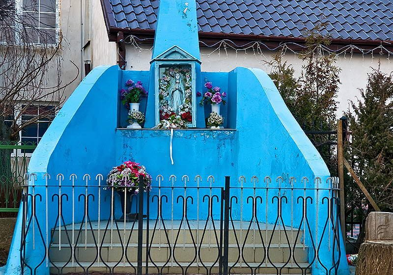 Touch of Blue: Blue Photos of Song Sung, a Shrine, Ethnic Bird, Blue Angel, Easter Decoration and more...