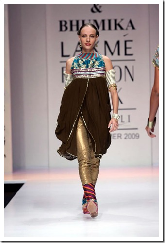 Tradutuibak bridal wear collection by shyamal and bhaumika in Lakme Fashion week 4
