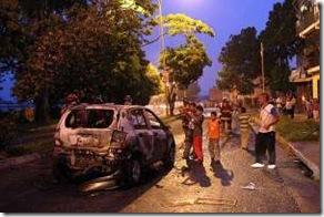 Uno-de-los-vehículos-incendiados-por-los-disturbios-en-Mérida.preview