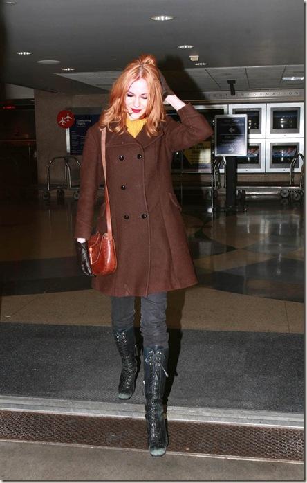 Evan Rachel Wood pelirroja, luciendo un atuendo imperdonable en el aeropuerto de LAX.