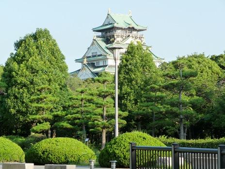 castelo de osaka entre as arvores do jardim