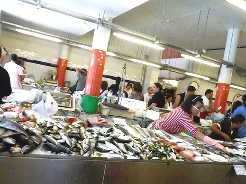 12 - venda de peixe no mercado