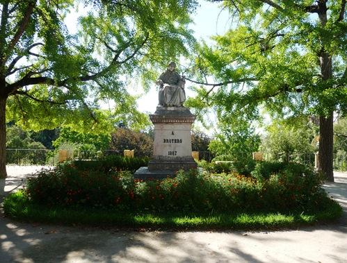 estatua de brotero no jardim botanico