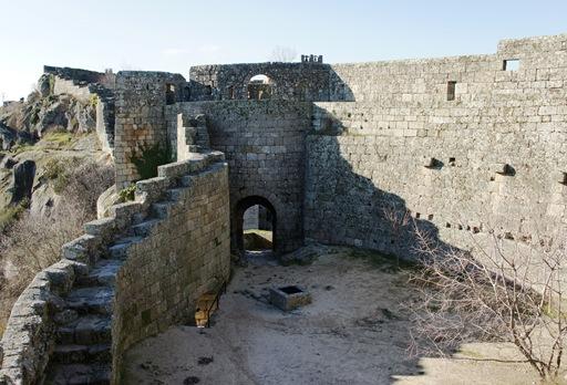 sortelha - muralha e saida do castelo