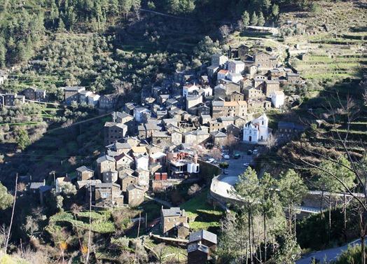 piódão - vista da aldeia de  piodão