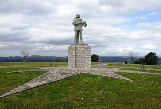 Ourém - Castelo - estátua de S.Frei Nuno de Sta. Mª