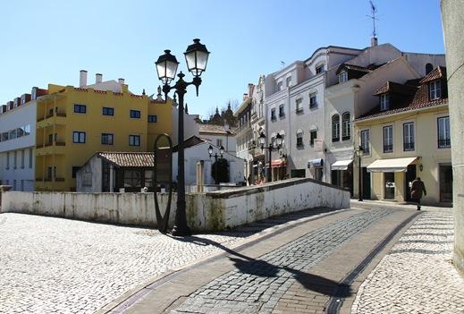 Alcobaça - rua sobre o rio Alcôa