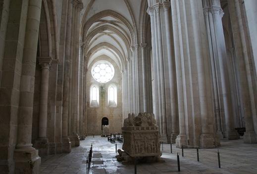 Mosteiro de Alcobaça - Túmulo de D. Pedro I - ao fundo Porta dos Mortos 2
