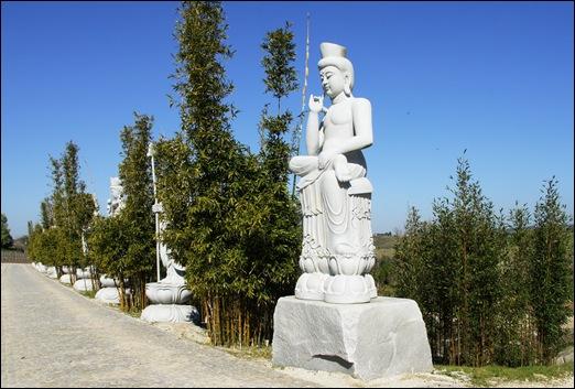 Buddha Eden - estatuas a beira do lago 4