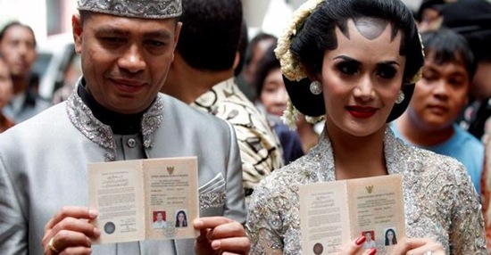 Krisdayanti Raul Lemos Marriage Showing Letter of Marriage