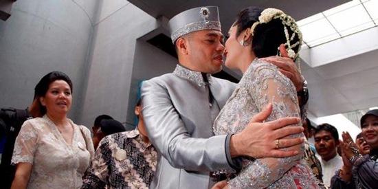 Krisdayanti Raul Lemos Marriage Kissing