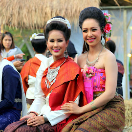 Thai beauties in traditional dress by Leong Jeam Wong - People Musicians & Entertainers ( performers, beauties, dancers, dress, tradition, thai, dance, culture )