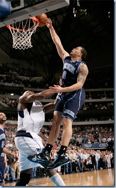 Deron dunks on Dampier