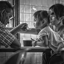 3 generations, sharing ONE moment by Gary Chin - People Street & Candids ( thumbs, girl, family, good, coffee shop )