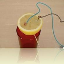 Une pile avec un citron