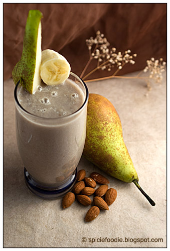 Banana PEar Smoothie, pear, banana, smoothie, almonds, almond milk,Matcha, Green tea