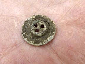 Найденная в земляном отвале пуговица (предположительно от немецкой плащ-палатки времён ВОВ)