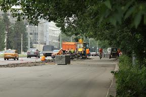 На Сумской снимают асфальт с тротуара