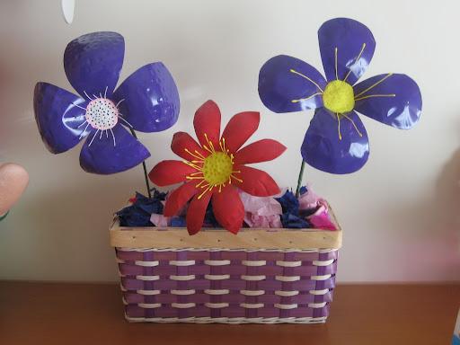 Botellas se convierten en flores taringa for Plantas decorativas de plastico
