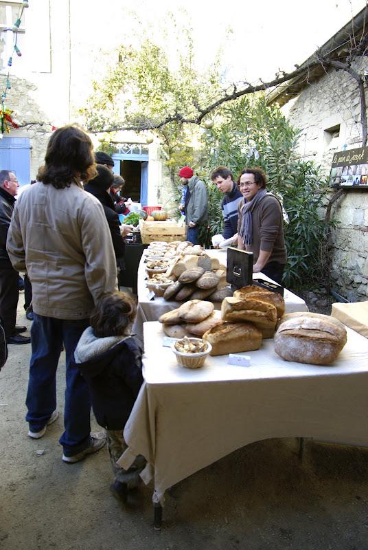 Pendant ce temps, le marché de Noël bât son plein. L'artisan boulanger qui fait ses pains avec sa propre farine provenant de ses propres champs de céréales. Un pain 100% local, en quelque sorte.
