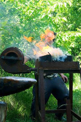 Allumage de la forge, dans un cadre buccolique et estivant.