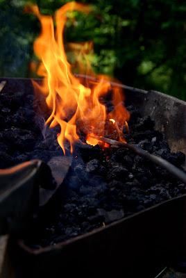 Il faut penser à remettre régulièrement le fer dans le feu pour la maintenir à température, mais pas trop, sinon ça fond.