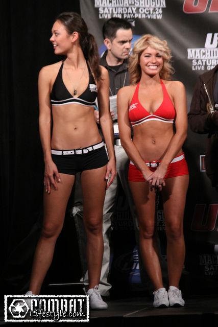 Кадр дня: ринг-девушки на UFC 104