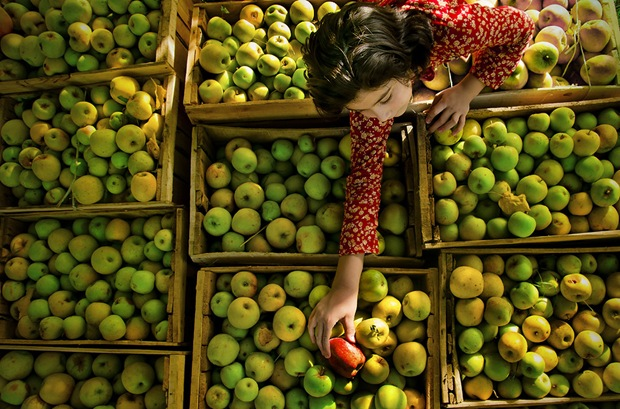 Lifestyle Photography: The-girl-and-the-apple