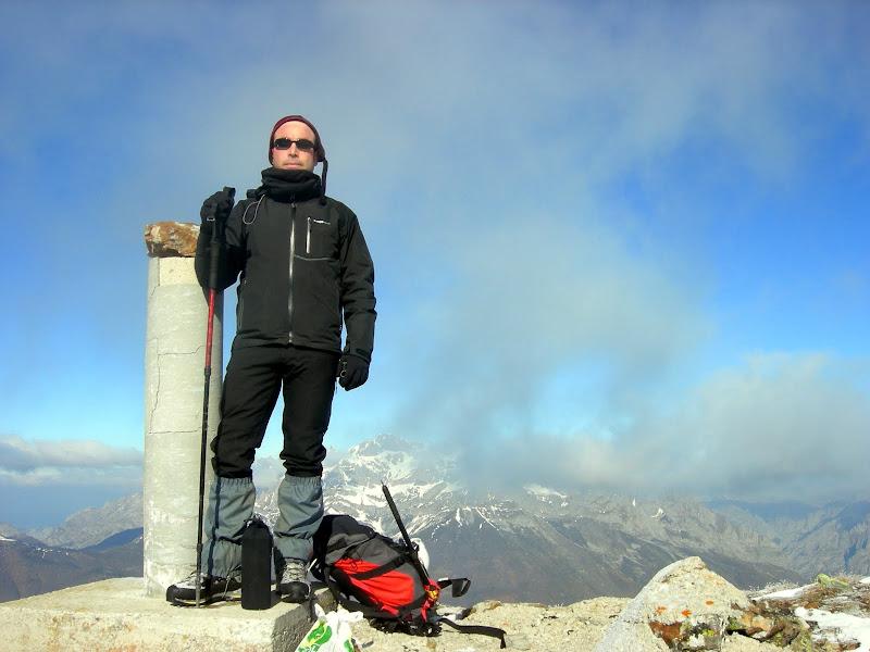 Javi Remolina en la cima del Gildar con la Bermeja detrás