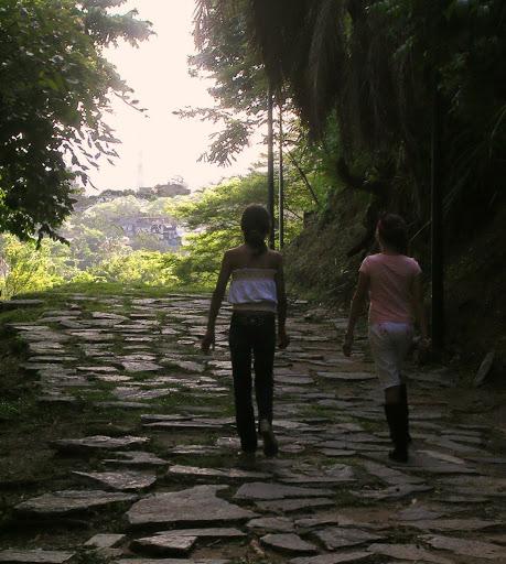 Niñas caminando en el Mirador de la Cota Mil (Caracas, Venezuela)