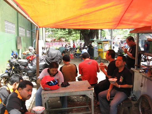 Istirahat di Pasuruan bersama rekan2 TC Surabaya