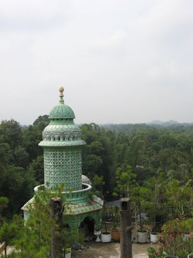 "Ponpes Bihaaru Bahri 'Asali Fadlaailir Rahmah atau lebih dikenal dengan nama ""Masjid Tiban/Masjid Seribu Pintu"""