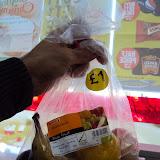 Τελειο concept. Με 1 λιρα παίρνεις μία τσάντα με ποικιλία φρούτων. Λίγο ακριβά αλλά 1000 φορές καλύτερο από οποιοδήποτε αλλο σνακ. Αυτό είναι το καλύτερο fast food για καθε στιγμή.