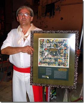 """Antonio Pena """"guía"""" da Danza de Mariñeiros de Betanzos co xogo do tiruriru, agasallo da Asociación Amigos do Casco Histórico de Betanzos."""