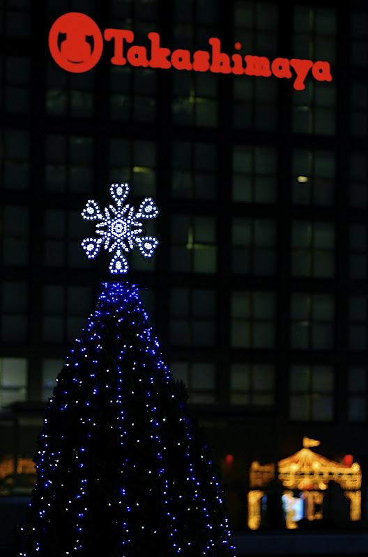 A tall Christmas tree before Takashimaya Shinjuku