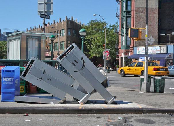 http://lh5.ggpht.com/_9F9_RUESS2E/SsTOPSUrp6I/AAAAAAAABQU/LdTSNIVDP4I/s800/banksy-graffiti-street-art-NYCphonebox.jpg