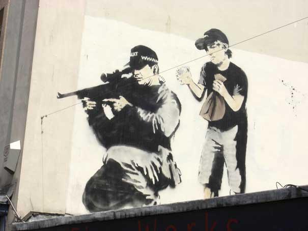 http://lh5.ggpht.com/_9F9_RUESS2E/SsZiZPxewqI/AAAAAAAABUM/xFeshwvyPxo/s800/banksy-graffiti-street-art-sniper-and-boy.jpg