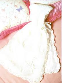 Capa blanca tejida a palillo ideal para bautizo