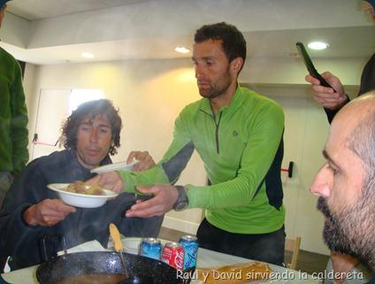 Raul y David sirviendo la caldereta