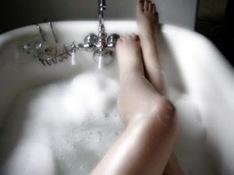 mulher-em-uma-banheira-delícia-nua (1)