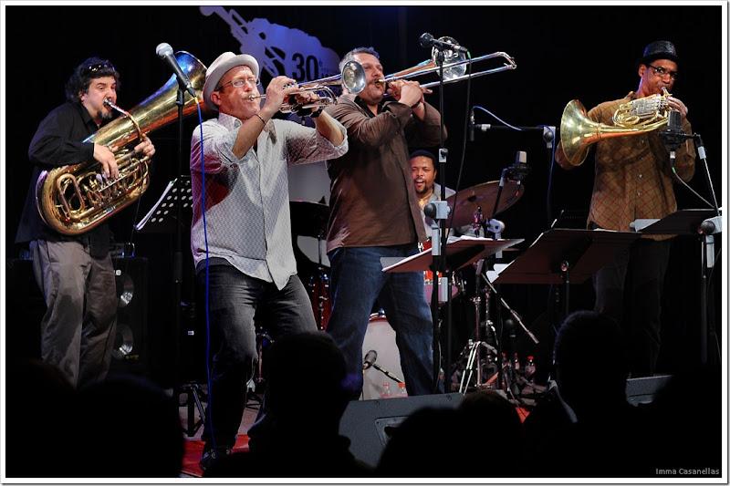 De izquierda a derecha: Marcus Rojas, Dave Douglas, Luis Bonilla, Nasheet Waits y Vincent Chauncey